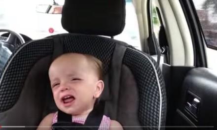 Bebé cantando Elvis Presley