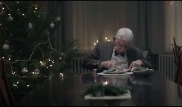 Emotivo Comercial de Anciano que Finge su Muerte en Navidad